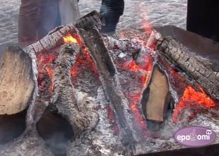 Video: Doma laukumā atkal smagā tehnika un deg ugunskuri
