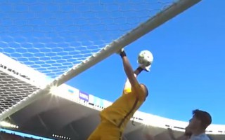 Video: Vārtsargs ar volejbola sitienu raida bumbu savos vārtos