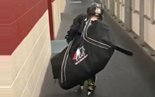 Video: Jaunais sportists smagi cīnās ar treniņu somu