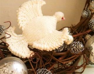 Ziemassvētku rotājums – adīta baltā ūbele