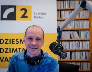 """Video: Latvijas Radio 2 svin 26 ar jubilejas dziesmu """"Ar Radio tu neesi viens"""""""