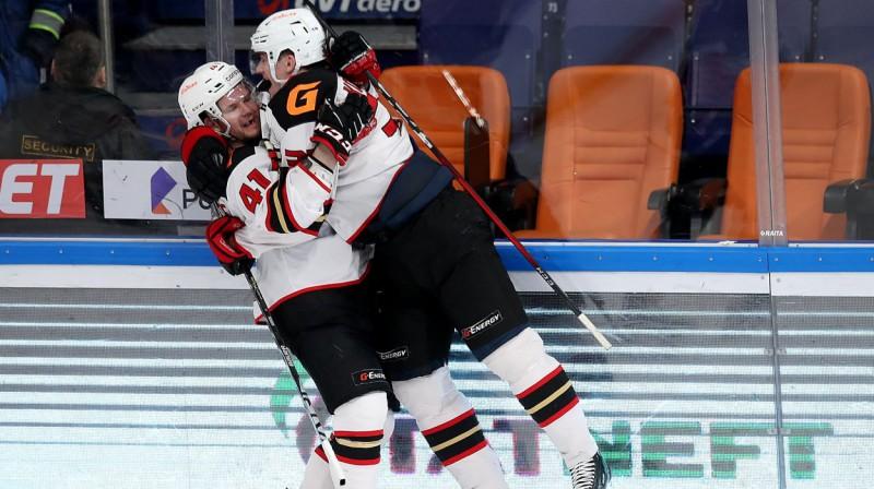 "Omskas ""Avangard"" hokejisti svin vārtu guvumu. Foto: hawk.ru"