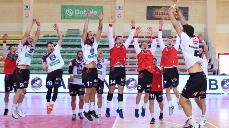 """Tenax Dobele"" ar kausu. Foto: handball.lv"