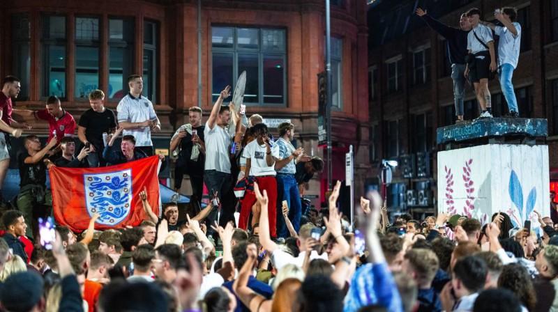 Anglijas futbola izlases līdzjutēju svinības pēc uzvaras pusfinālā. Foto: Joel Goodman/Zumapress.com/Scanpix