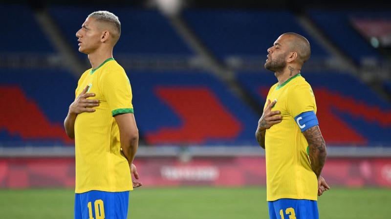 Brazīlijas izlases lielākās zvaigznes Tokijā - Rišarlisons (pa kreisi) un Dani Alvešs (pa labi). Foto: AFP/Scanpix