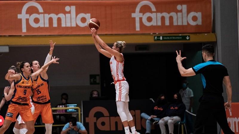 """Kitija Laksa: 13 punkti uzvarā pār """"Bourges Basket"""". Foto: FIBA"""