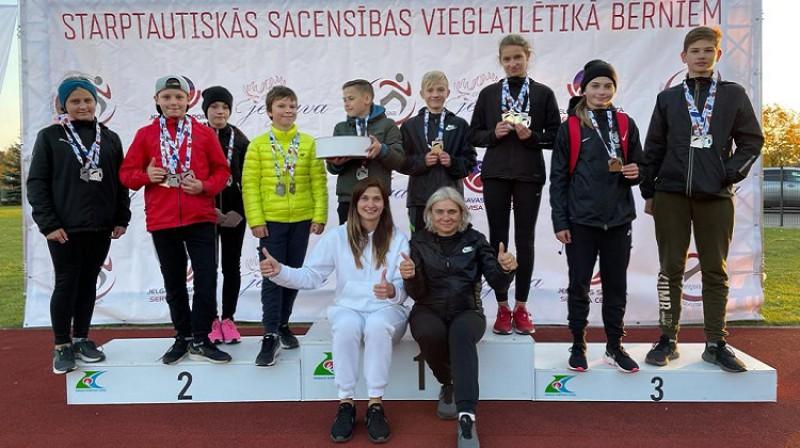 Medaļas izcīnījušie Jelgavas vieglatlēti ar trenerēm Aļonu Fomenko un Santu Lorencu. Foto: Jelgavas Sporta servisa centrs.