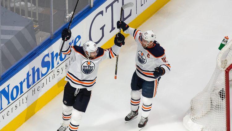 Komandas biedri Makdeivids un Draizaitls starp NHL nedēļas trim zvaigznēm