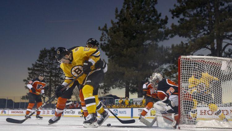 """""""Bruins"""" ezera mačā iemet septiņus vārtus, intervija iztraucē Pastrņāka deju"""