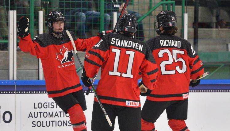 Latvijas nākamajām pretiniecēm Kanādai un Baltkrievijai graujošas uzvaras