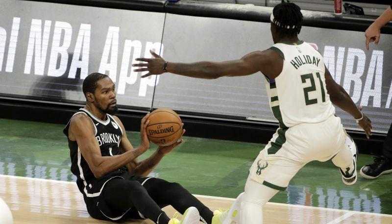 """Kurucs no malas noskatās, kā """"Bucks"""" pārspēj """"Nets""""; Karija 37+9 neglābj """"Warriors"""""""