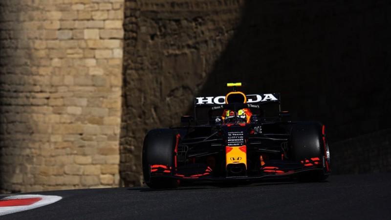 Pēc līdera Verstapena avārijas Baku trasē uzvar Peress, Hamiltons finišē 15. vietā