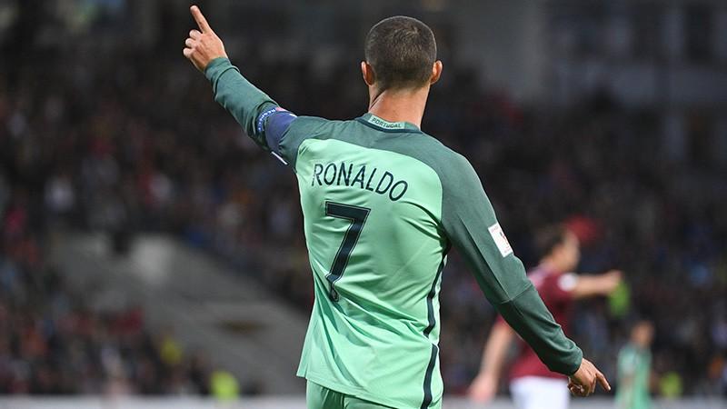 Portugāles krekli Latvijas izlases spēlētāju mugurās satracina sociālo tīklu lietotājus