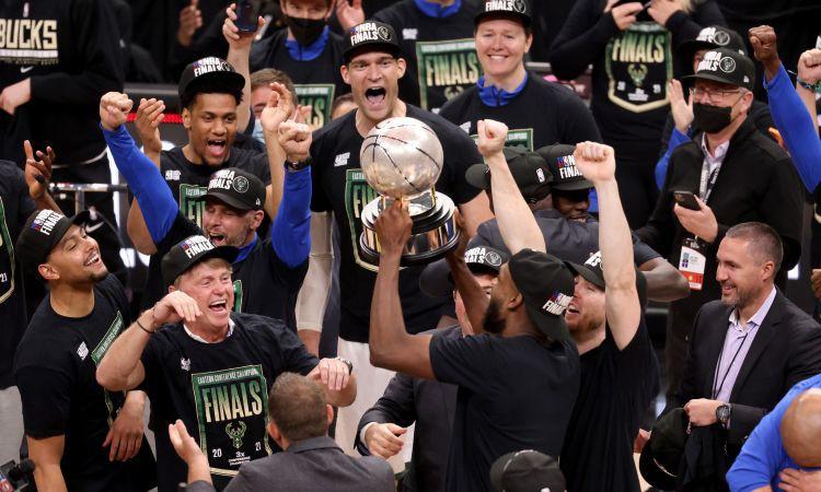 ''Bucks'' uzvar ''Hawks'' un pirmo reizi kopš 1974. gada iekļūst NBA finālā