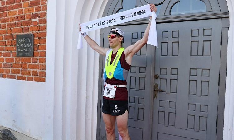 Komass un Devjatņikova uzvar LČ 100km un arī tradicionālajā skrējienā Rīga–Valmiera